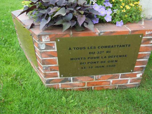 GIEN - Stèle commémorant les combats du 18 juin 1940 45155_1_photo4_g